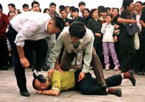 Comunista Chinês invadem Igreja levam o pastor e fiéis presos na China